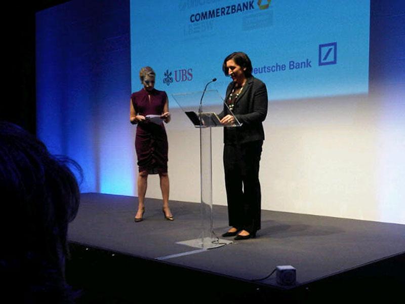 Finanzjournalisten halten Vorträge über Wirtschaft und Börse