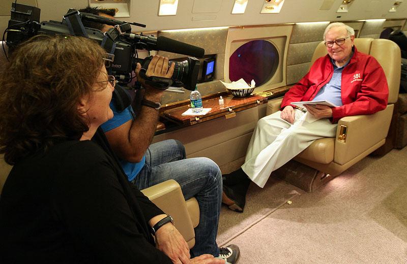 Warren Buffett wird für ein Interview gefilmt